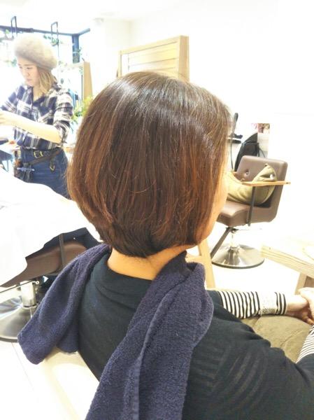 大きくうねり広がる髪をカットで改善