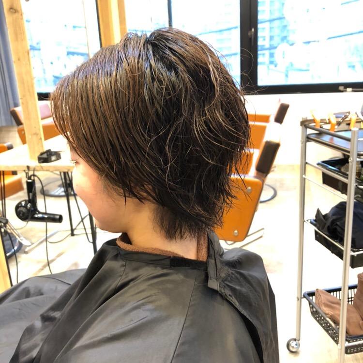 くせ毛のショートカット前の左