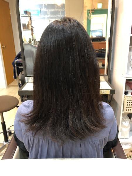くせと長さのせいで毛先がはねやすい髪